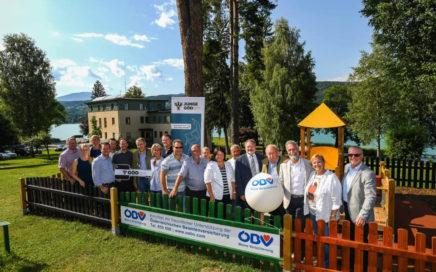Alle Unterstützer und Initiatoren sind stolz auf den neuen Kinderspielplatz. © Foto Andi Bruckner