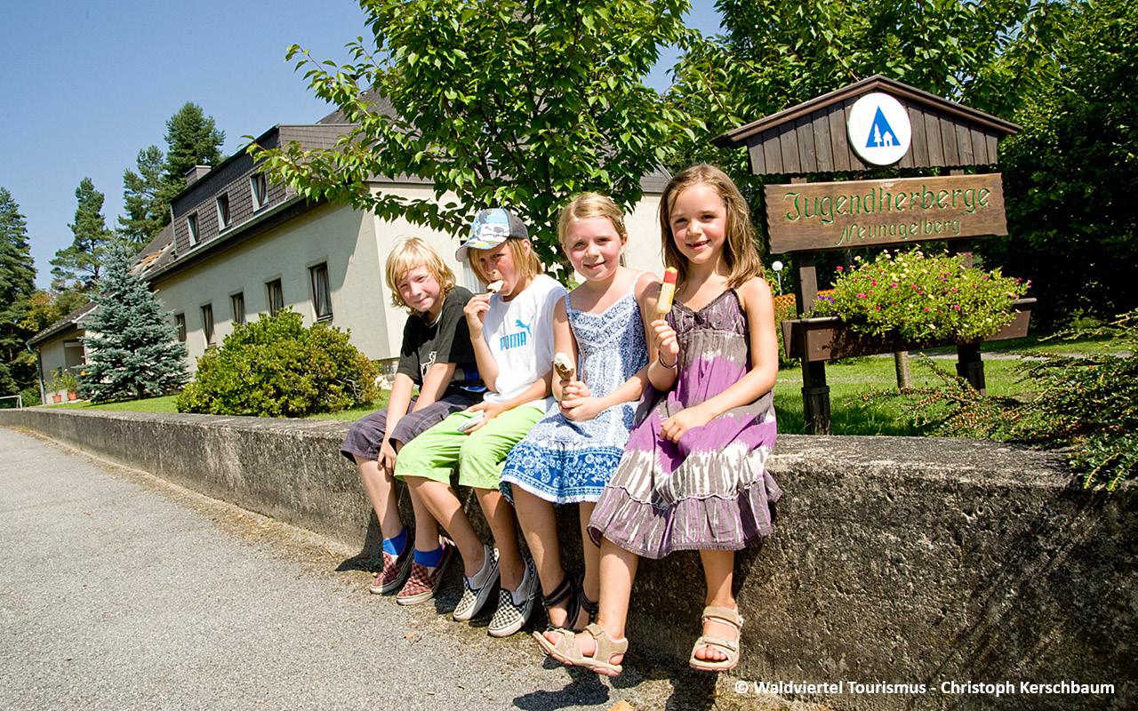 Jugendherberge Neu Nagelberg Einfahrt - © Waldviertel Tourismus / Christoph Kerschbaum