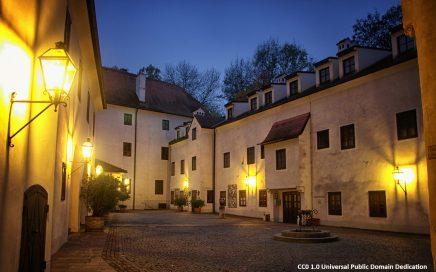 Schloss Ulmerfeld Innenhof abends - Foto Public Domain